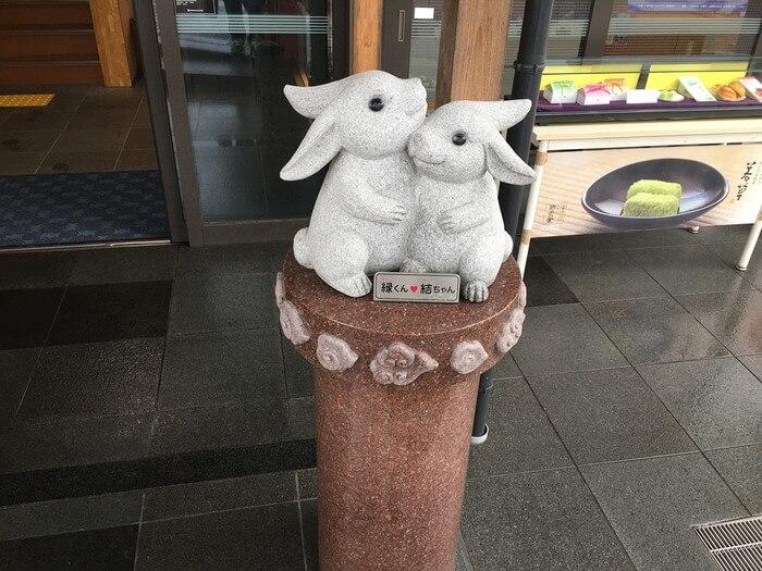 出雲大社付近の店のカップルウサギ