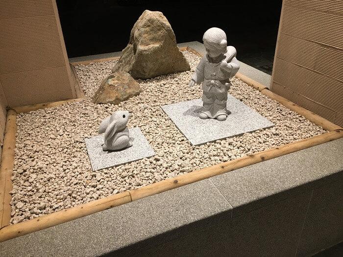 大国主命と白ウサギ像(月夜のうさぎ玄関横)