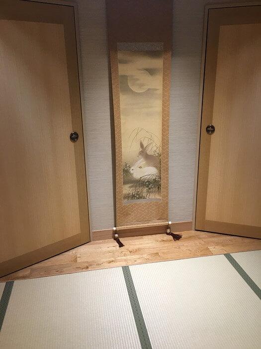 風呂フロアに飾られたウサギの絵