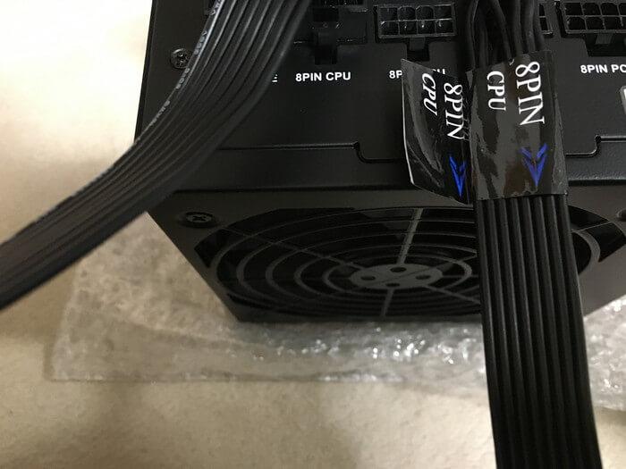 電源ユニットにコネクターを挿していく