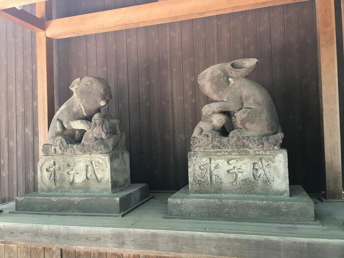 ウサギの石像(調神社)