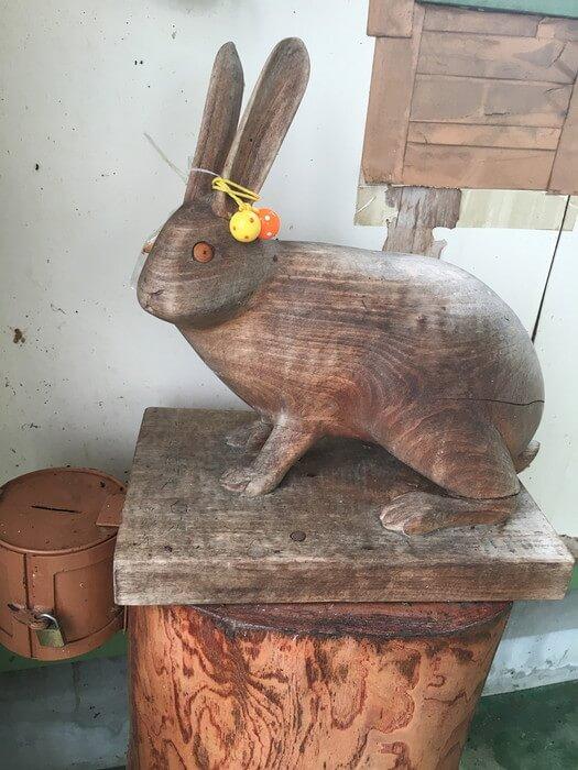 白兎駅の木彫りウサギ像