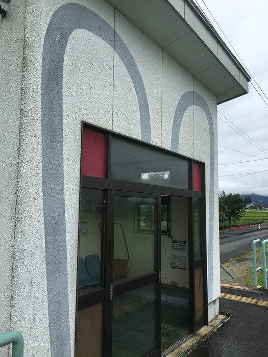 白兎駅の待合室外壁